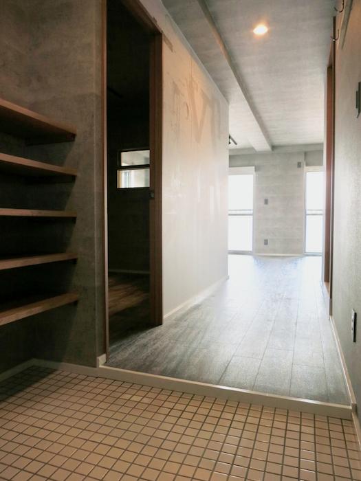 7F インダストリアル スタイル 玄関&ミラーとタイルとコンクリートのコントラスト。1