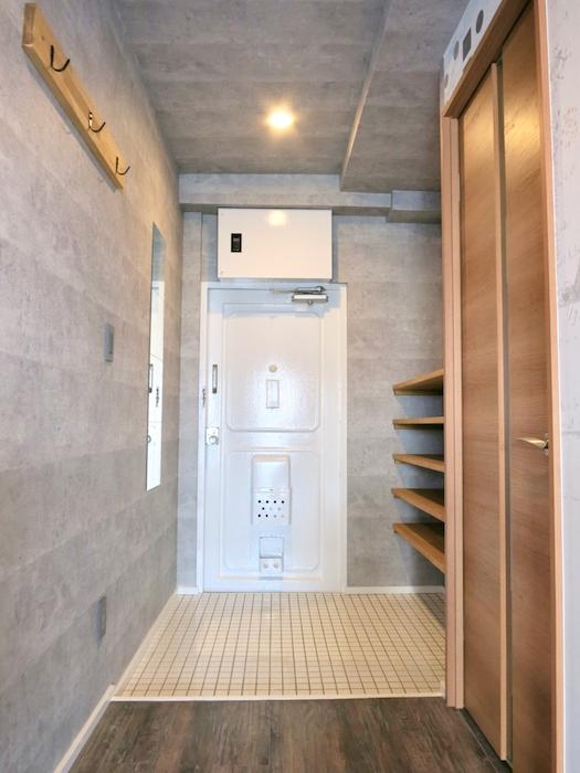 7F インダストリアル スタイル 玄関&ミラーとタイルとコンクリートのコントラスト。5