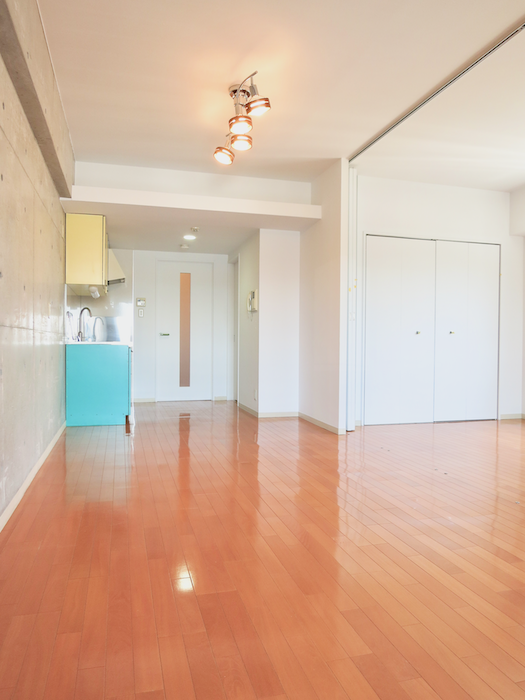 グラン・アルファ307 お部屋の大きさ自由自在 床とキッチンと照明が綺麗。