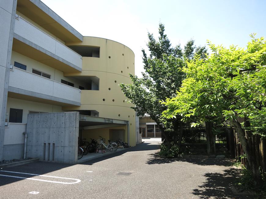 グラン・アルファ デザインが素敵な建物と涼しげな植物。