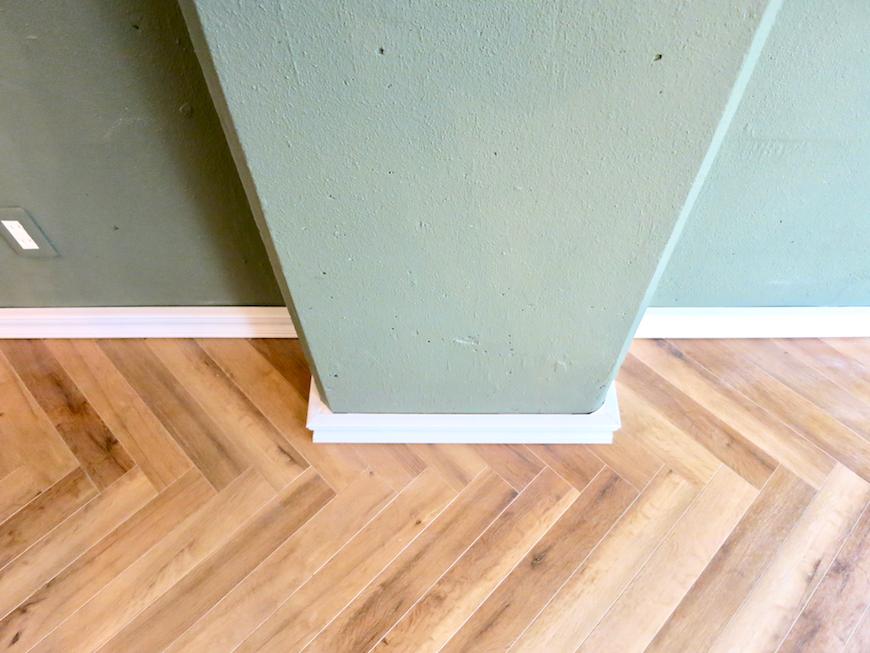クラシカルなヘリンボーンの床とモールディング。 The Office 葵 3F3.png1