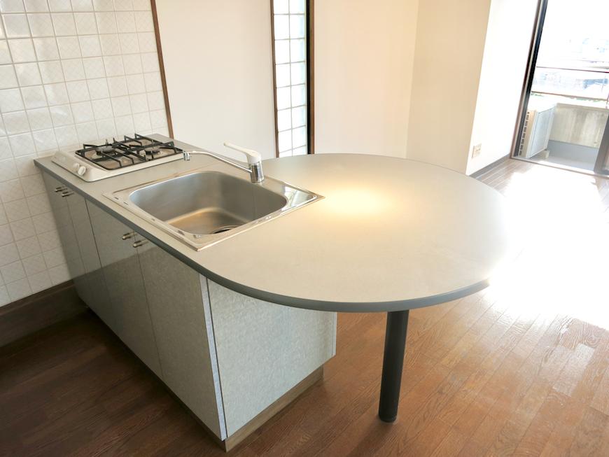 ラ・ヴィアン・ムロガ 603  食卓テーブルにもカウンターにもなるキッチン台2