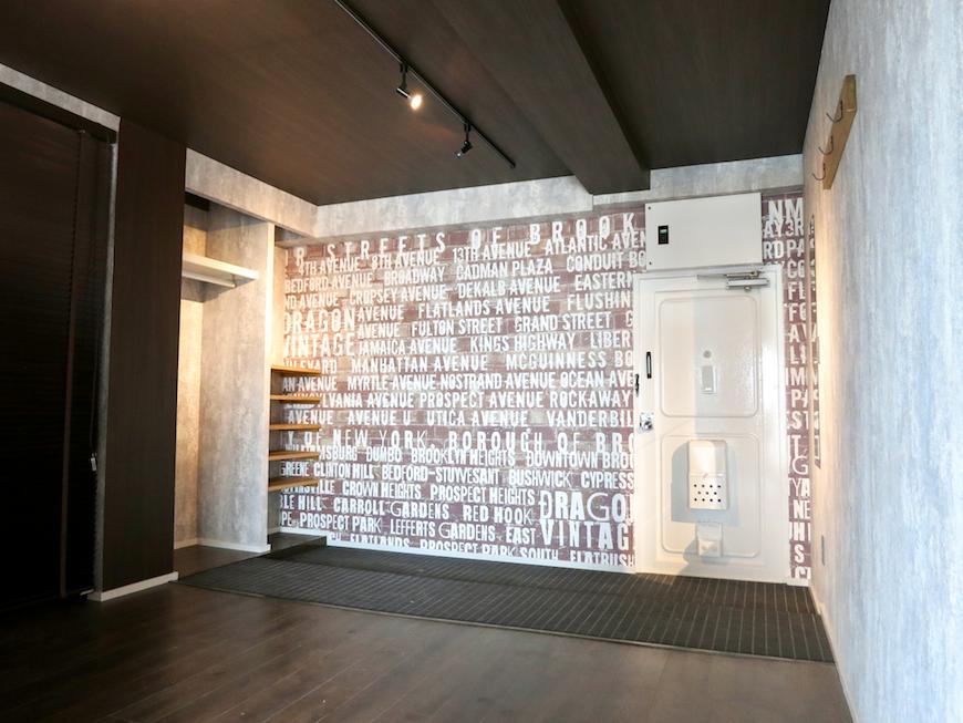7E インダストリアル スタイル 広い土間 ヴィンテージな壁紙。1