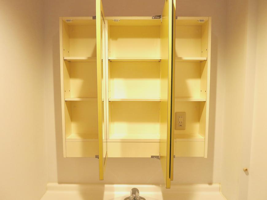 グラン・アルファ307 バスルーム 鏡奥にも収納あります。