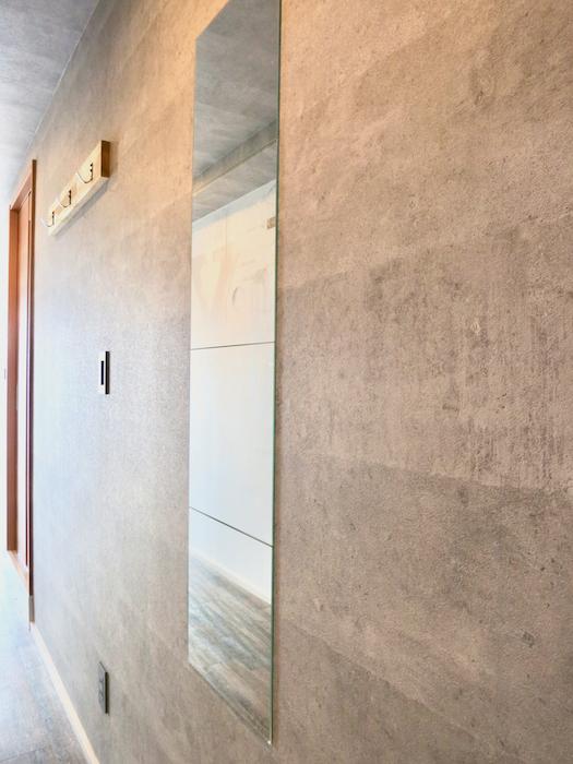 7F インダストリアル スタイル 玄関&ミラーとタイルとコンクリートのコントラスト。2