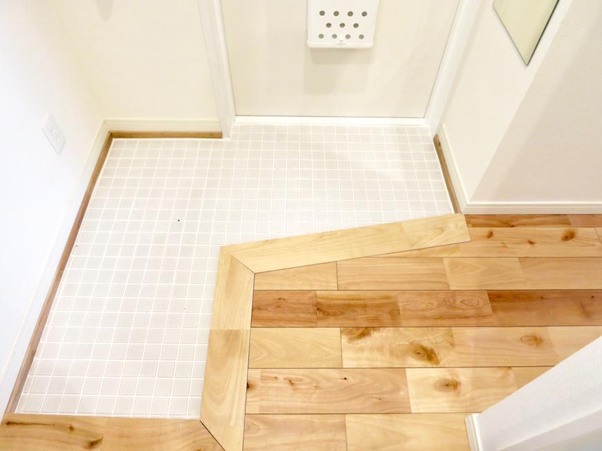玄関。TOMOSリノベーション 白タイルの玄関と無垢の床がとってもお洒落。 東海御園ハイツ 12