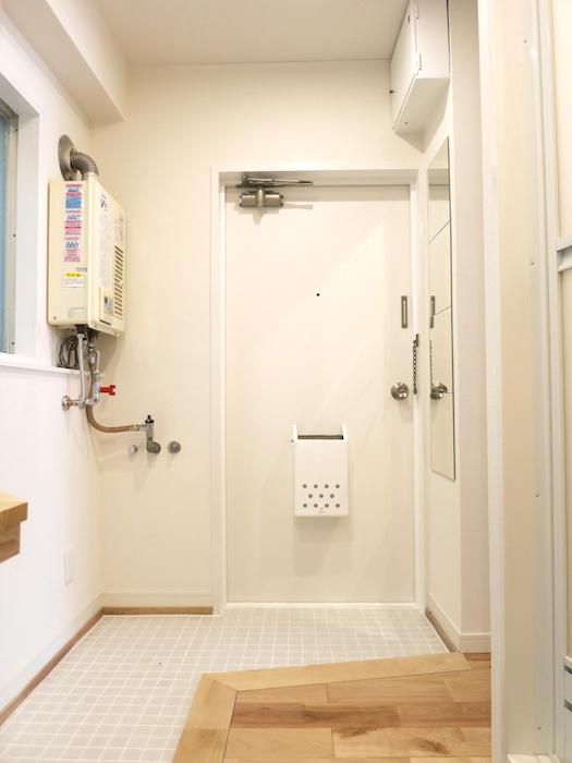 白いタイル貼りの玄関。 東海御園ハイツ 11