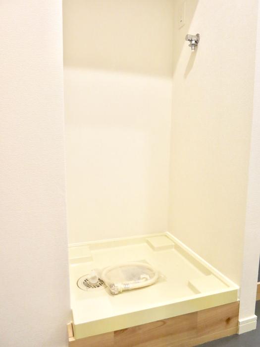 洗濯機置き場の下側が 木製で こだわりを感じます。 東海御園ハイツ 4