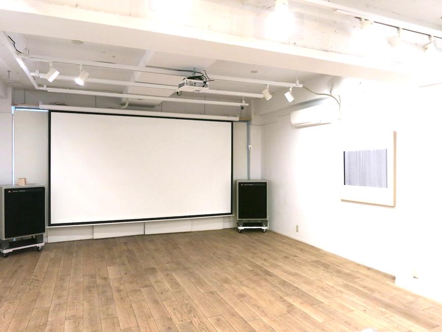 EU Studio : 大きなスクリーンと36帖の広々空間。1