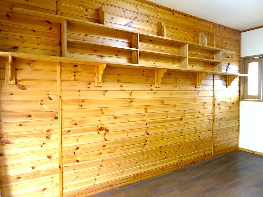 木製の棚がお洒落な洋室。【犬山 桜の里】IMG_0386