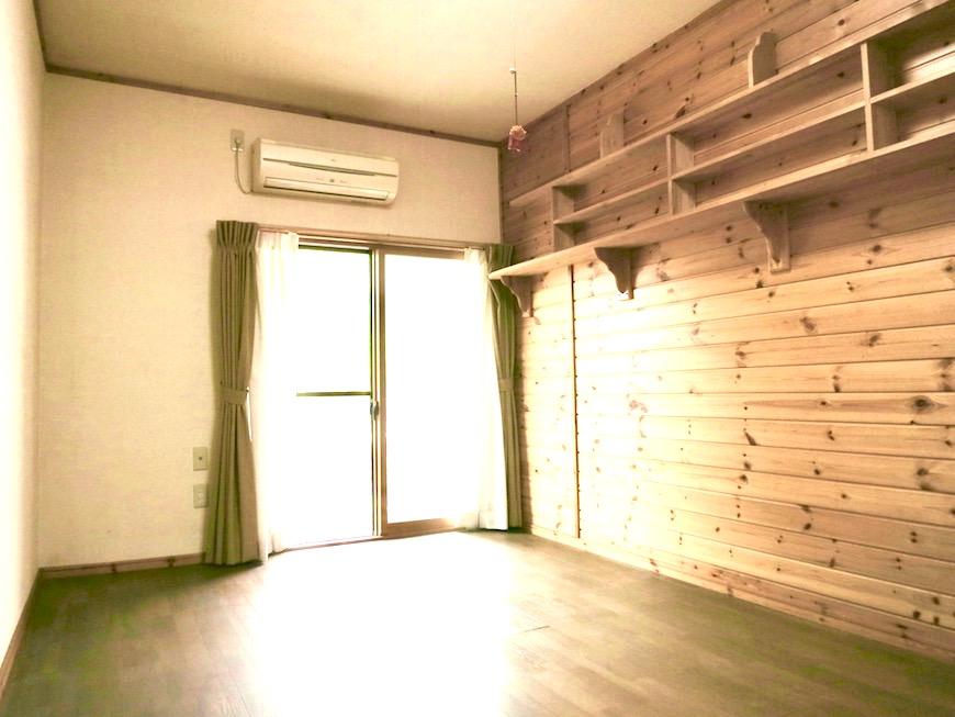 木製の棚がある洋室。少しロッジ風でお洒落。【犬山 桜の里】IMG_0391