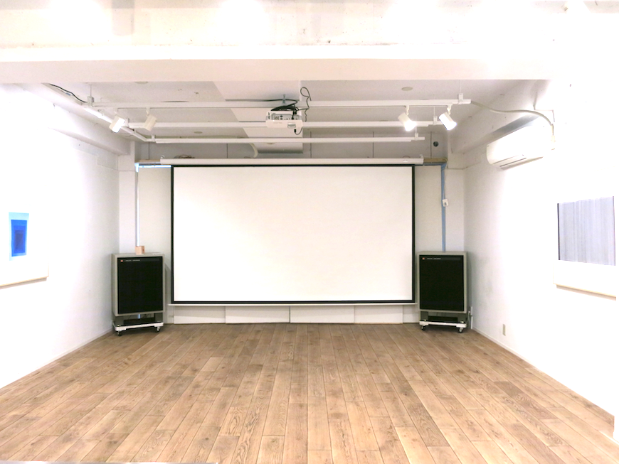 EU Studio : 大きなスクリーンと36帖の広々空間。3