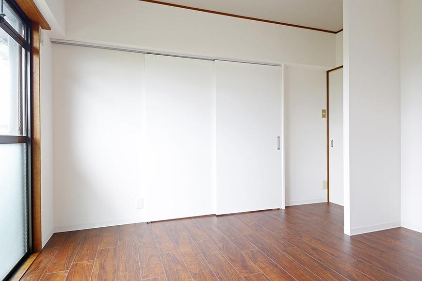 【TOMEI BASE】201号室_リビングと洋室を仕切るドア_MG_9255