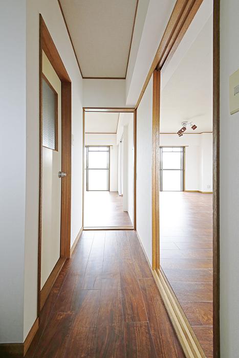 【TOMEI BASE】201号室_玄関から廊下へ_MG_9124