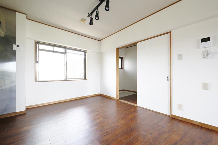 【TOMEI BASE】301号室_キッチンから玄関への眺め_MG_9538