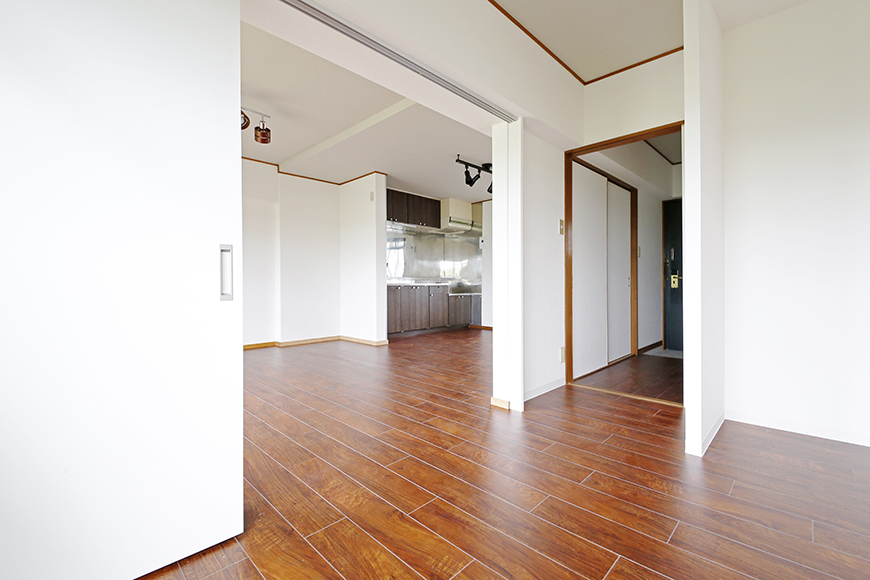 【TOMEI BASE】201号室_洋室からキッチンへの眺め_MG_9253