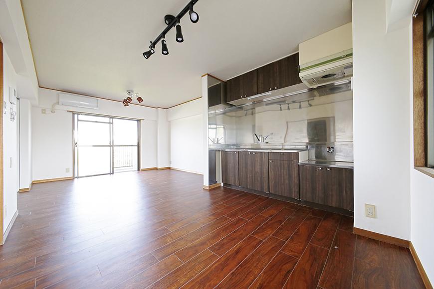【TOMEI BASE】301号室_キッチン周りとリビングスペース_MG_9663