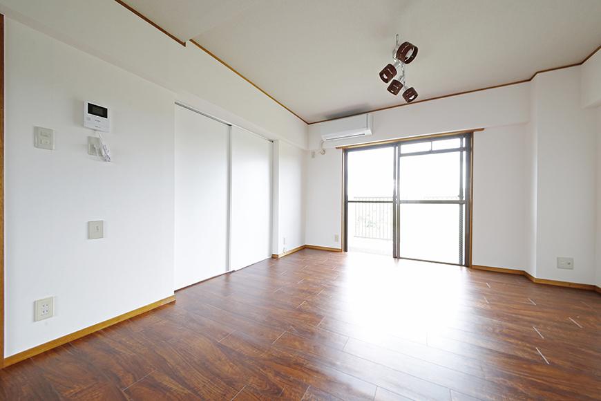 【TOMEI BASE】201号室_リビングと隣の洋室の間には仕切りのドア_MG_9260
