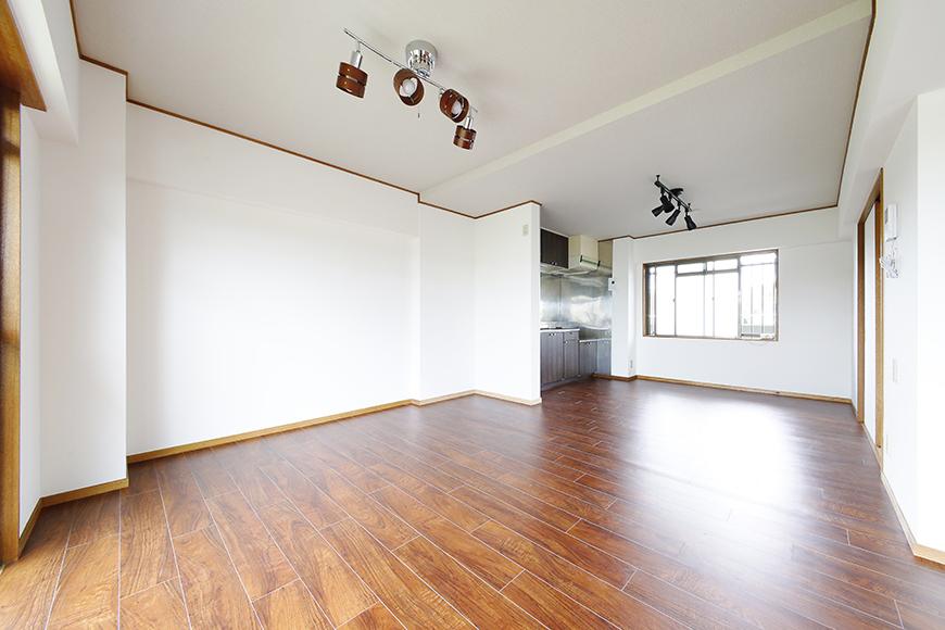 【TOMEI BASE】201号室_リビングスペースとキッチン_MG_9224