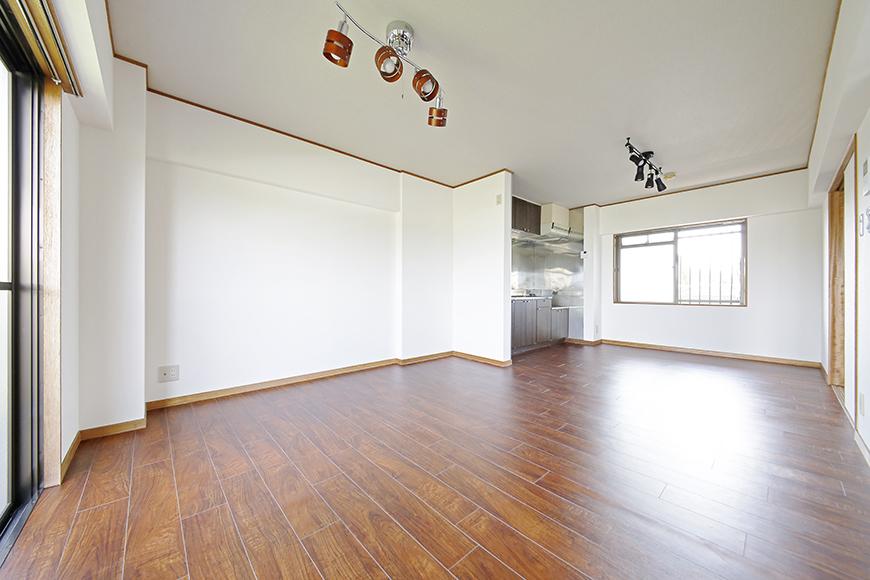 【TOMEI BASE】301号室_リビングスペースとキッチン_MG_9653
