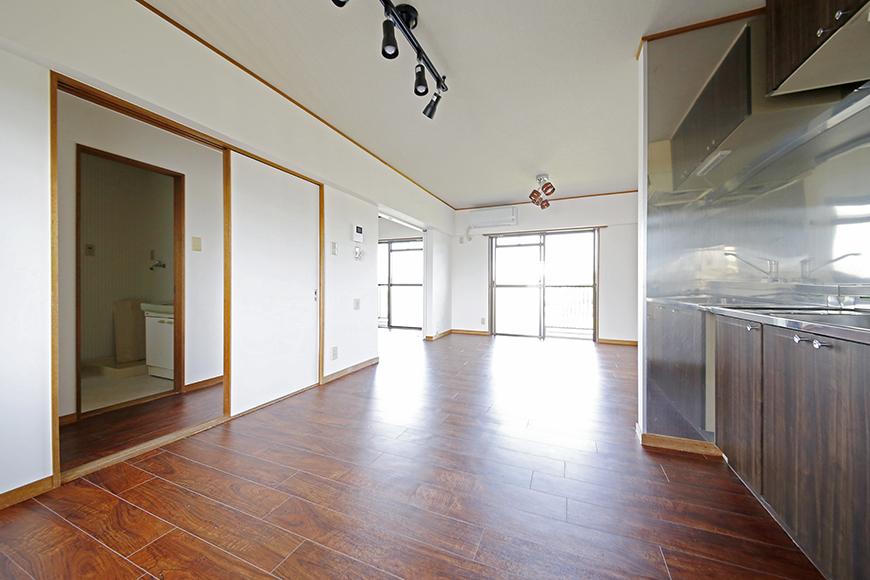 【TOMEI BASE】301号室_キッチン周りとリビングスペース_MG_9669