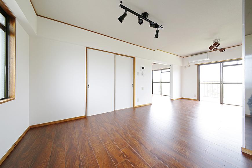 【TOMEI BASE】201号室_キッチンから眺めるリビングスペース_MG_9169
