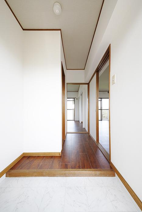 【TOMEI BASE】301号室_玄関から廊下へ_MG_9495