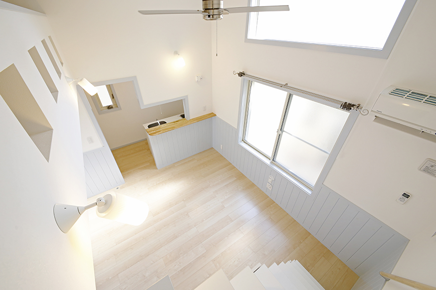 【プリマG壱番館_一宮】ロフトへの階段の途中からのリビングの眺め_MG_2072