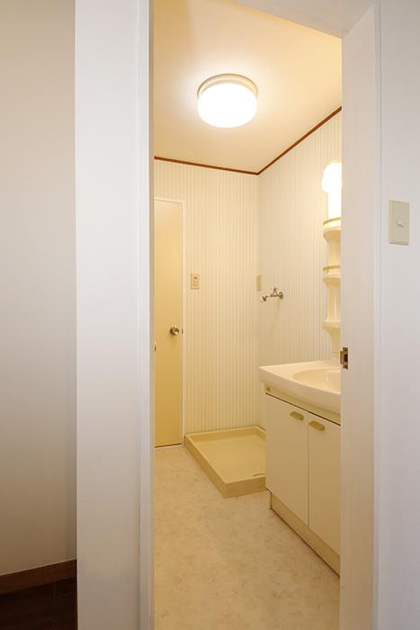 【TOMEI-BASE】水周り_ドア枠部分を白に変更_MG_9805