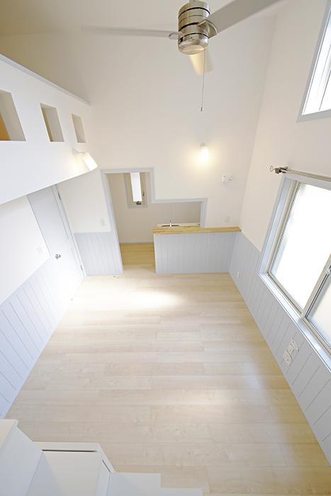 【プリマG壱番館_一宮】ロフトへの階段の途中からのリビングの眺め_MG_2063