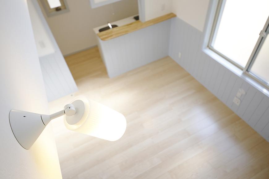 【プリマG壱番館_一宮】ロフトへの階段の途中からのリビングの眺め_MG_2082