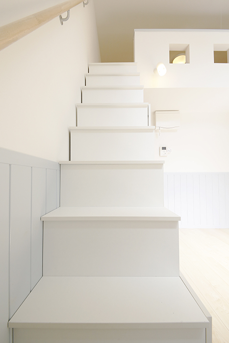 【プリマG壱番館_一宮】リビング_ロフトへの階段_MG_1857