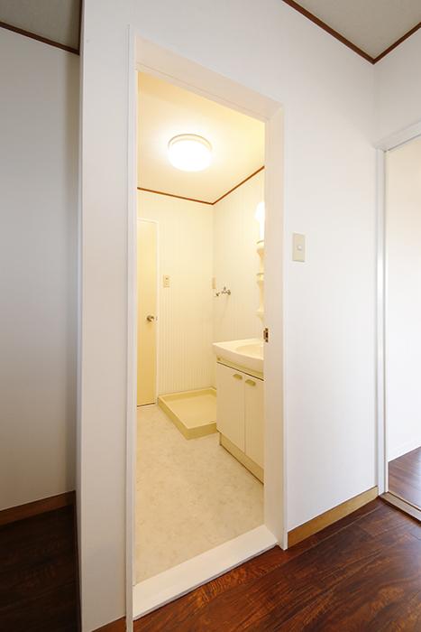 【TOMEI-BASE】水周り_ドア枠部分を白に変更_MG_9808