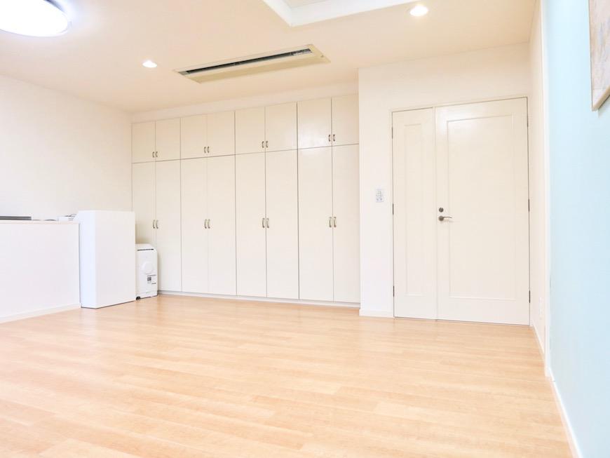 THe PLace  メイプルの床とホワイトの壁紙そして、アイボリーの建具とシアンカラーのアクセントクロスで 爽やかで澄んだ空間に仕上がりました。