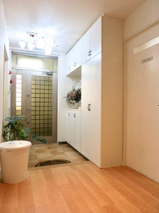 THe PLace  玄関・廊下 素敵な北欧風デザインです。メイプルの床 テラコッタの玄関タイル。アイボリーの建具♪