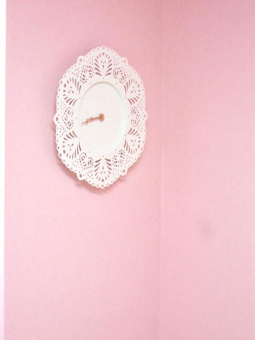 THe PLace  おしゃれな時計がアクセントの 淡いピンクのお部屋です。ルーム5