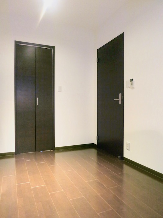 ラヴィータ泉 Cタイプ5 ダークブラウンの床と扉でシックになっています。