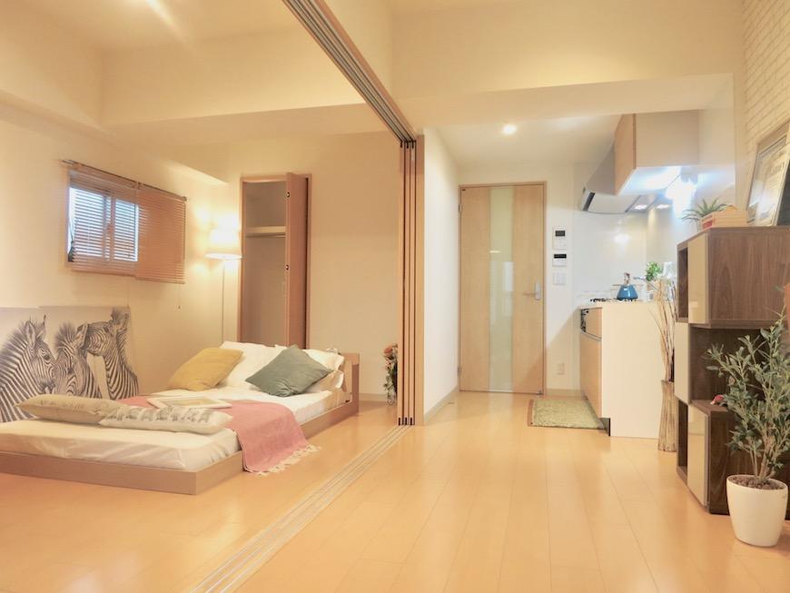 ラヴィータ泉 Aタイプ29 ベットルームとキッチンスペース 可動式扉があります。
