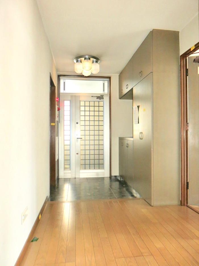 ペンキ塗りの前の玄関です。