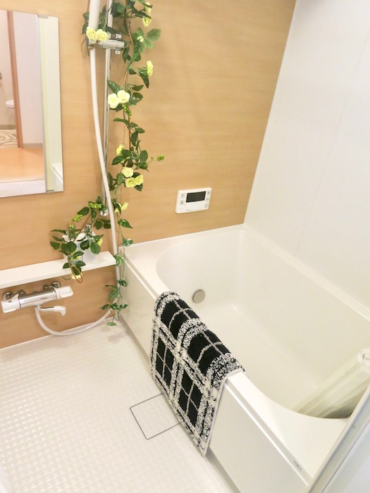 ラヴィータ泉 Aタイプ39 ナチュラルウッディな明るいバスルーム。