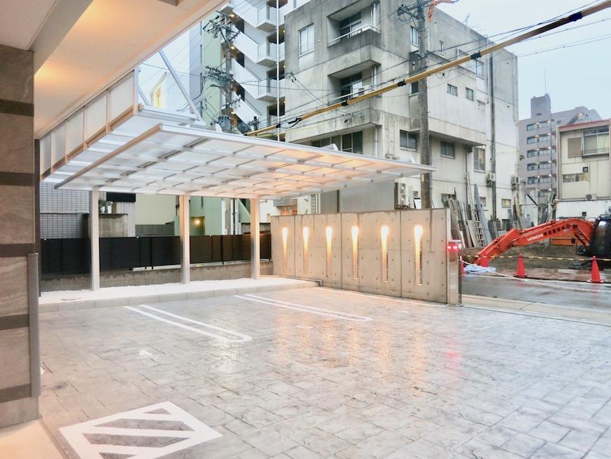 ラヴィータ泉 屋根付き駐車スペースあり。外観2