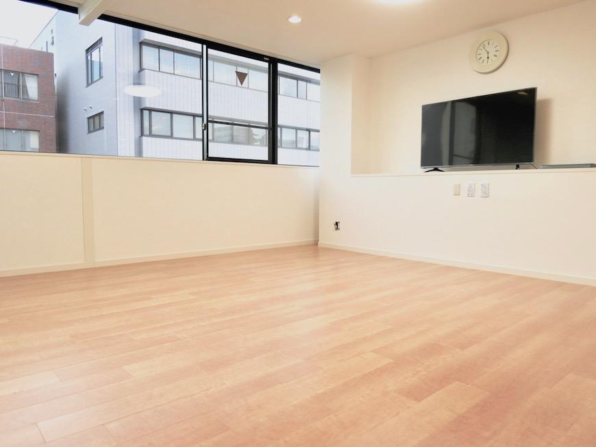 メイプルの床と上品なホワイトの壁紙で広がりある空間になっています。IMG_1317