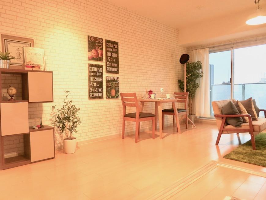 ラヴィータ泉 Aタイプ 北欧テイストのお部屋。壁紙がレンガ調で柔らかい雰囲気。