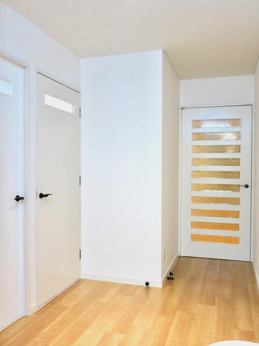 THe PLace  玄関・廊下 ペンキ塗りをして綺麗なアイボリーになった空間。北欧風。