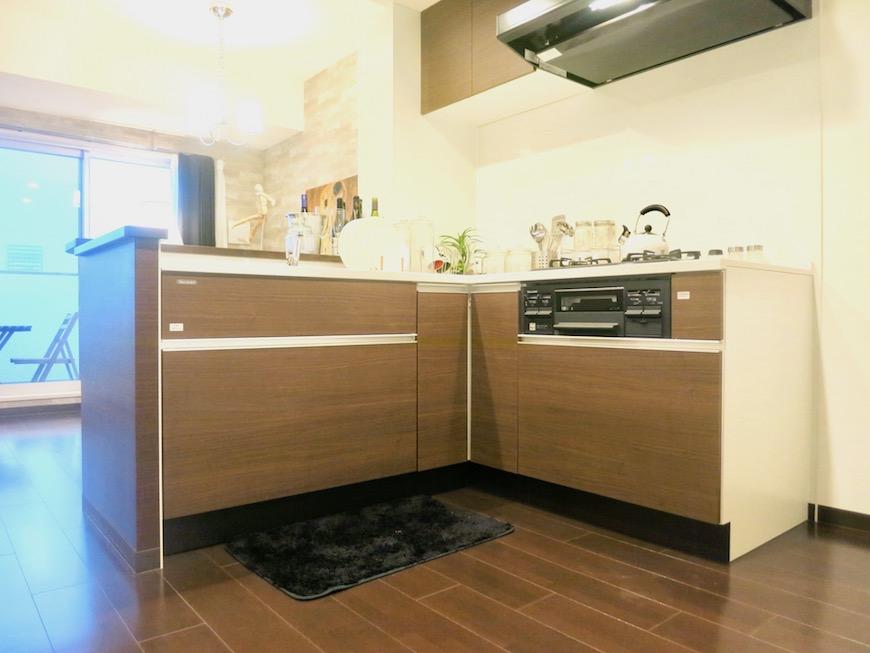 ラヴィータ泉 お部屋と同じダークブラウンのキッチン台。Cタイプ16