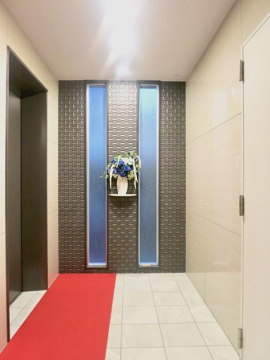 ラヴィータ泉 エレベーターホール前にはきれいなお花。エントランス1