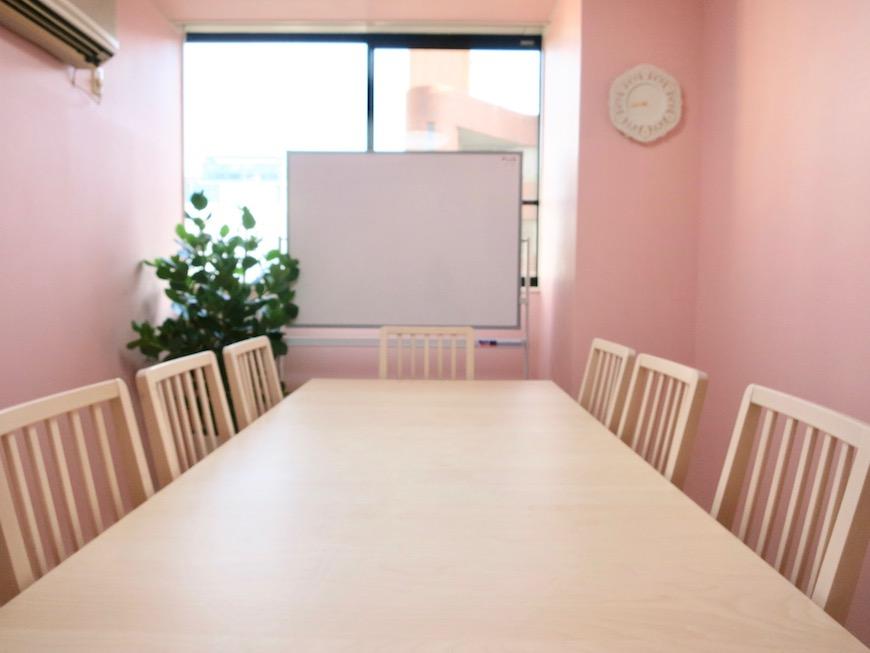 THe PLace  ミニセミナールーム ナチュラル素材のテーブル選びもお手伝いさせていただきました。