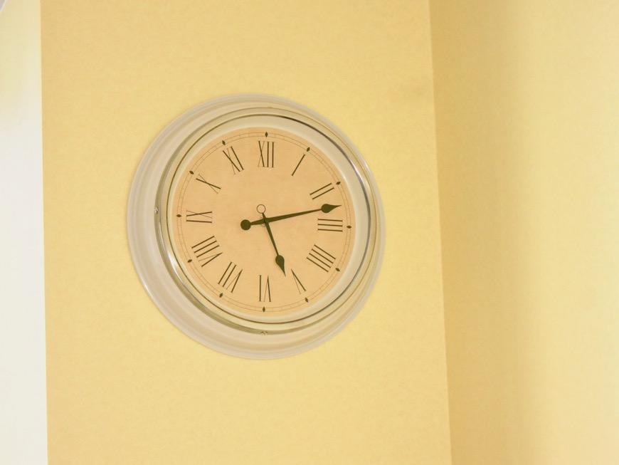 THe PLace  柔らかいイエローの壁に似合う お洒落な時計です。