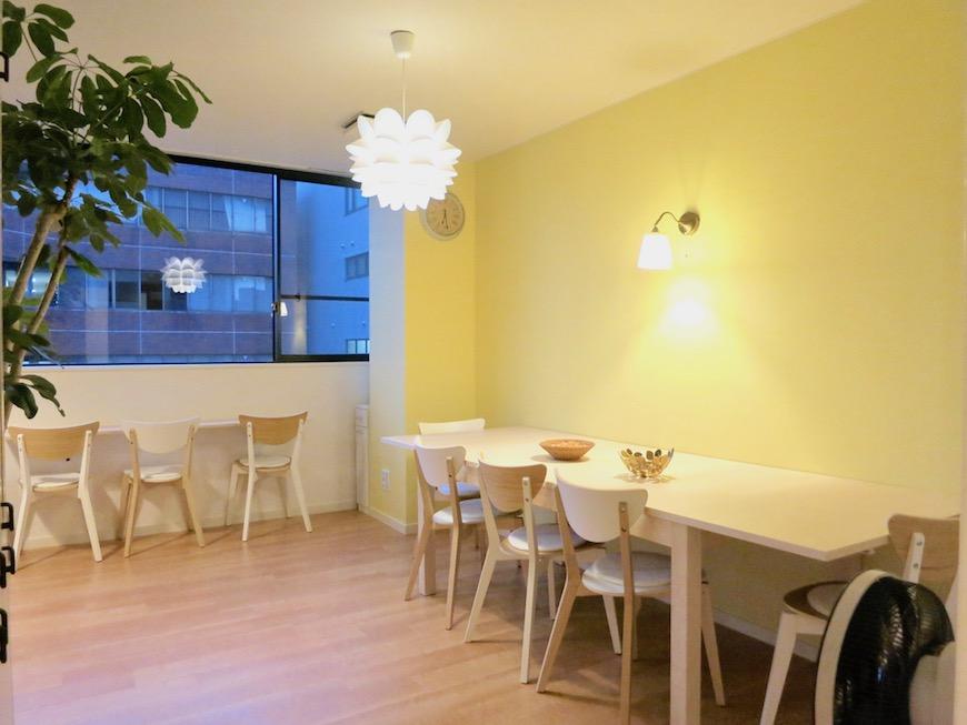 THe PLace  キッチン 優しいイエローと明るさを少しおさえた照明で くつろぎ空間を。