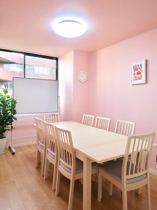 THe PLace  ミニセミナールーム 柔らかいピンクは安らぎの色。柔らかさに包まれた空間。